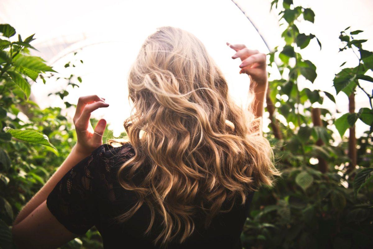 Naučte se tři jarní proměny vlasů, které zvládnete sama v koupelně